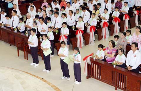 Thiếu nhi Đaminh đến bàn Tiệc Thánh