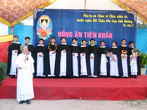 Giáo xứ đón mừng các tu sĩ mới tuyên khấn